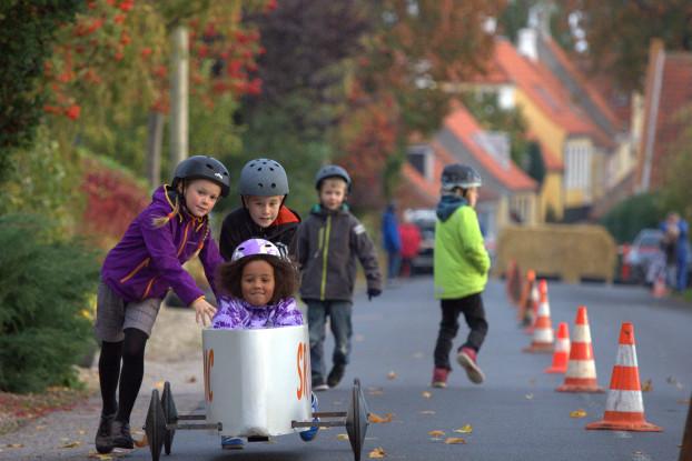 Tag dine forældre eller bedsteforældre under armen, og træk dem med til nogle helt fantastiske ting! En af de største begivenheder for børn på Ærø, er det årlige sæbekasseløb – Ærøskøbing Grand Prix.