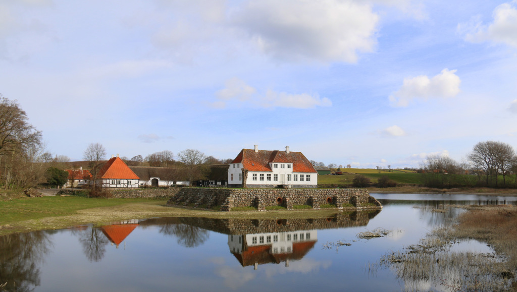 Søbygaard leverer koncerter, der kan begejstre og som er værd at rejse efter:  Berømte arier, nye og ældre lieder, i en sal af træ - som skabt til kammermusik.  Salen - der er tegnet af arkitekt Alan Havsteen-Mikkelsen med inspiration fra færøske trækirker - er dekoreret med maleren Svend Havsteen-Mikkelsens forarbejder til glasmosaik i danske og nordiske kirker.  Syv klassiske koncerter med musik, der kan undre, begejstre, udfordre og provokere!