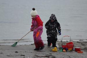 Tag dine forældre eller bedsteforældre under armen, og træk dem med til nogle helt fantastiske ting! Børn der leger på stranden.