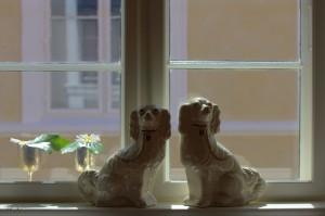 Hundene, der viser om sømanden er hjemme eller ude - foto fra bryllupssalen på Den Gamle Købmandsgård - Foto Bjørg Kiær