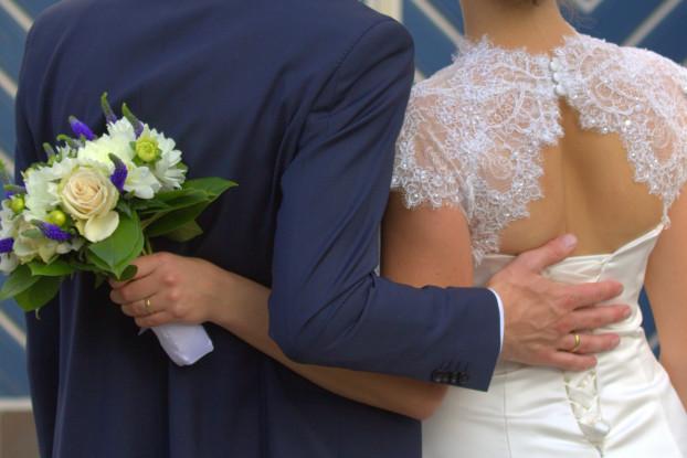 Ønsker I, at Ærø skal danne ramme omkring jeres bryllup? Ærø Kommune byder forelskede par velkomne! Borgerlig vielse på Ærø Rådhus. På Ærø er der mulighed for et Borgerligt bryllup uden for rådhuset. Den romantiske bryllupsbrunch, -frokost eller -middag kan indtages på et af øens spisesteder. I kan enten selv planlægge jeres bryllup, eller kontakte en bryllupsarrangør.