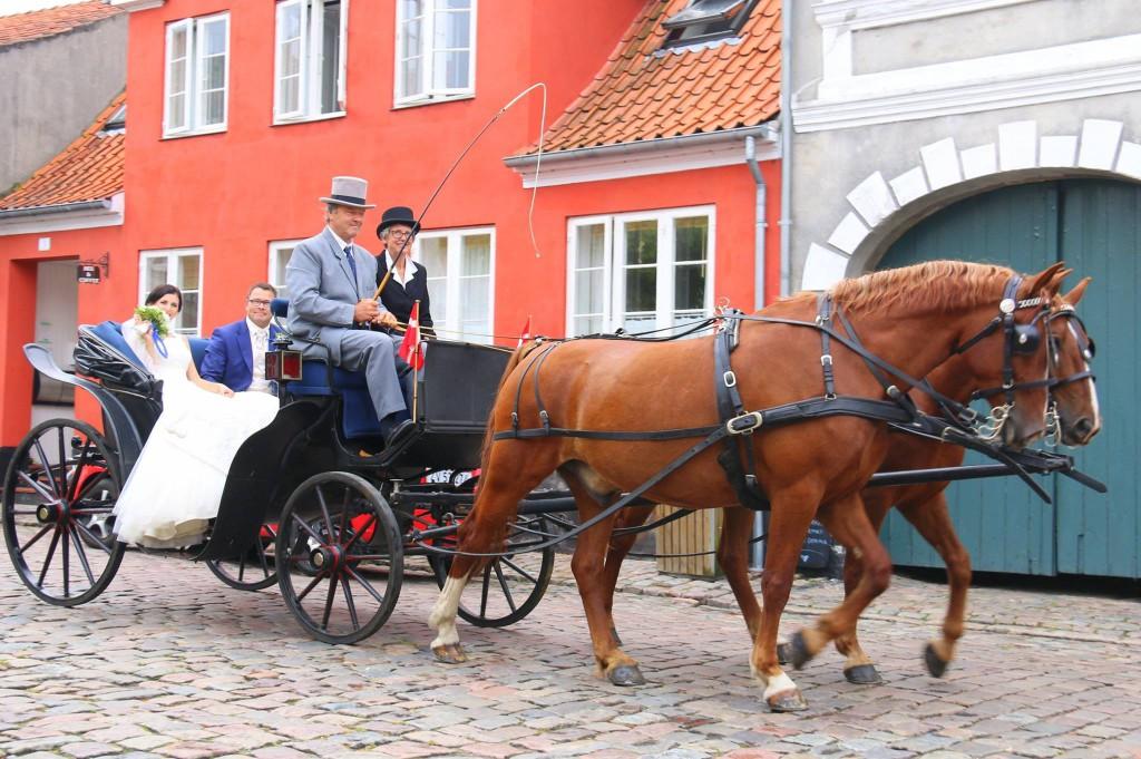 Bryllups-Øen Ærø - et brudepar køres igennem de romantiske gader